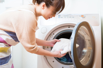 Obraz 洗濯をする女性 - fototapety do salonu