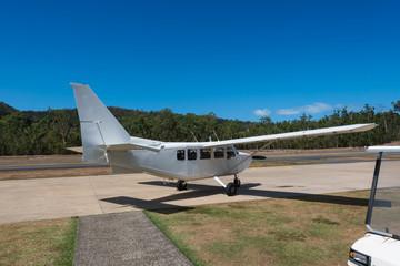 Kleinflugzeug wartet am Rande der Startbahn auf die Fluggäste