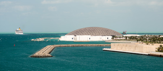 Photo sur Plexiglas Abou Dabi Louvre museum of Abu Dhabi surrounded by water