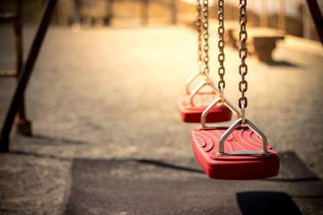 公園のブランコ 孤独なイメージ