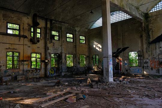 vecchia fabbrica abbandonata decadente