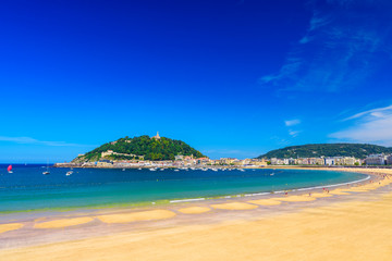 Fototapeta premium Plaża La Concha w San Sebastian Donostia, Hiszpania. Najlepsza europejska plaża w słońcu