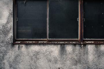古い建物の窓と外壁