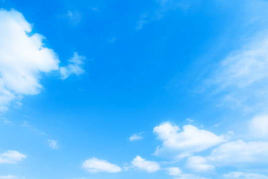 風が強い青空