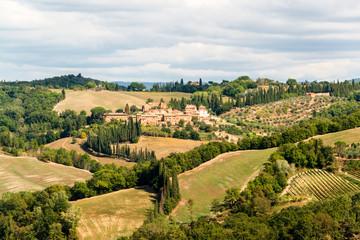 Herbstliche und karstige Hügellandschaft auf dem Weg nach Monterongriffoli