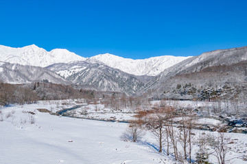 長野県白馬村 雪山と松川の雪景色