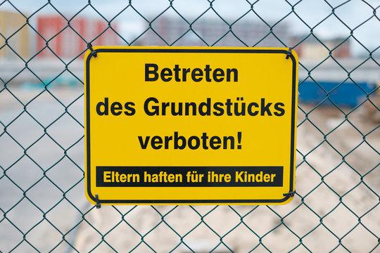 Betreten Verboten, Eltern haften für Ihre Kinder - Schild an Baustelle
