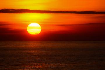 Foto auf Leinwand See sonnenuntergang tramonto sul mare con Sole sull'orizzonte infuocato