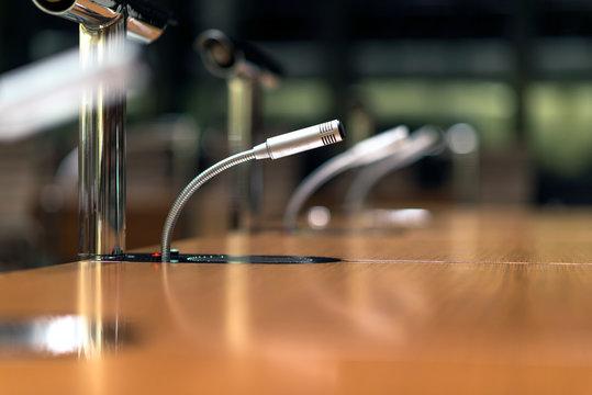 Mikrofon auf einem Tisch in einem Konferenzsaal – extrem viel Tiefenunschärfe für ausreichend Copyspace