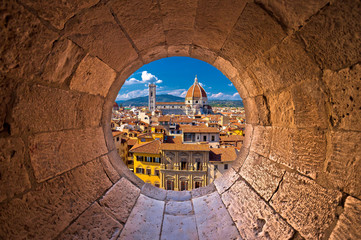 Spoed Fotobehang Florence Florence cathedral di Santa Maria del Fiore or Duomo view trhrough stone window
