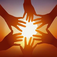 Concept de l'adhésion d'un groupe avec cinq mains tendues devant un coucher de soleil, pour symboliser l'union et la cohésion.