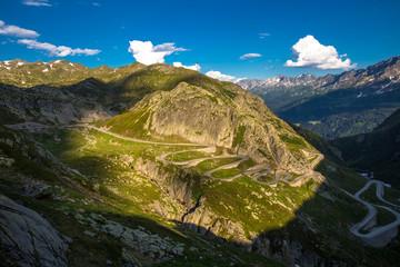Alte, bekannte Gotthardpassstrasse namens Tremola. Kurvige Bergstrasse in den Alpen.