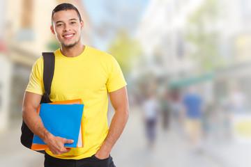 Student junger Mann jung lernen lachen Stadt Textfreiraum Copyspace Jugendlicher