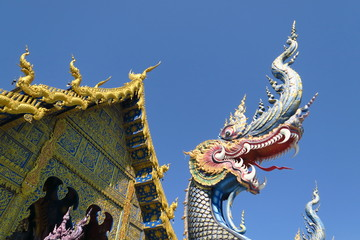 Dragon devant un temple