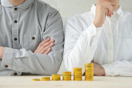 資産運用に悩む男女