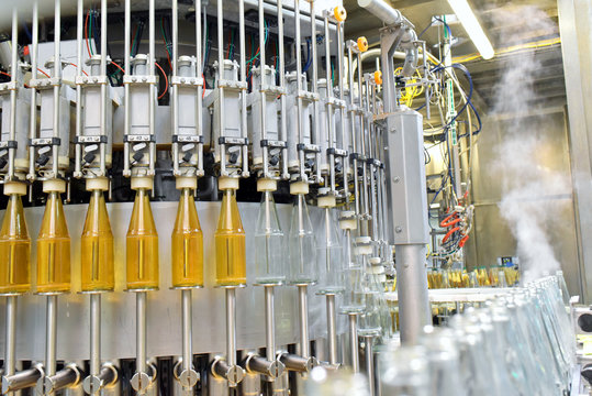 Flaschenabfüllung Apfelsaft in Mosterei - Fliessband Automatisierung in d. Industrie // apple juice in glass bottles in a factory for the food industry - bottling and transport
