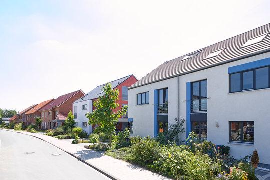 Straße mit Neubauten und schönen Vorgärten in Nordrhein-Westfalen