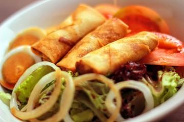 Rollitos tailandeses con ensalada