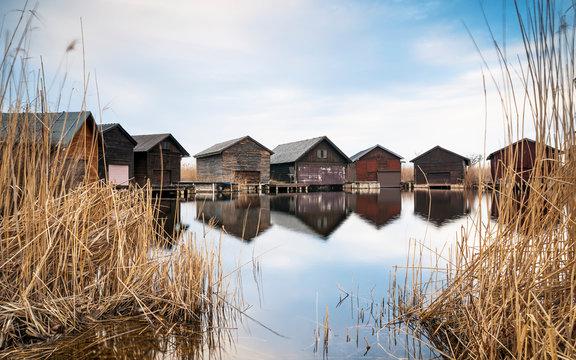Neusiedlersee Bootshäuser zwischen Wasser und Schilf
