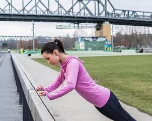 junge Frau wärmt sich auf vor dem Joggen