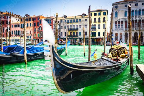 87a1f92f7 Primer plano de Góndola varada en Venecia