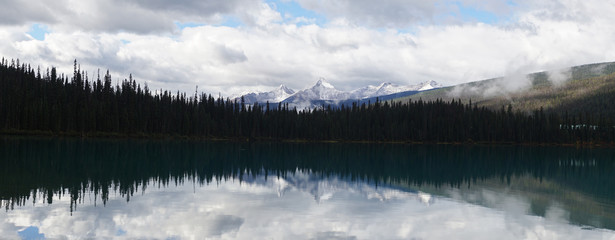 Foto op Canvas Ochtendstond met mist Lake and Mountain Landscapes at Emerald Lake in Yoho National Park, British Columbia, Canada.