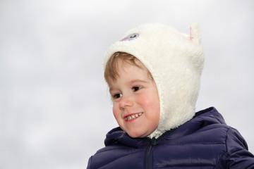 Portrait kleines Mädchen mit Mütze und Steppjacke