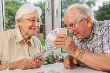 Elderly couple playing cards, xxl+more: bartussek.xmstore