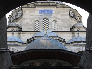 Mehmet Pasa Camii,  miladi 1571, Istanbul, Fatih, Sokullo Mehmet Moschee erbaut 1571, Blick durch ein Eingangstor, 2. Feb. 2019