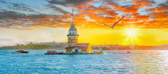 Fototapeta premium Maiden Tower (Kiz Kulesi) o zachodzie słońca - Stambuł, Turcja