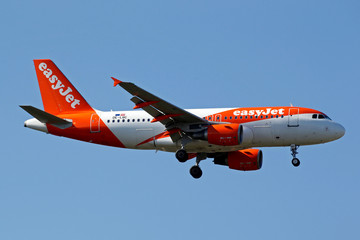 The EasyJet OE-LQC Airbus A319 makes its final approach for landing at Toulouse-Blagnac airport