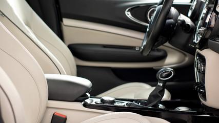 Tappezzeria in pelle bianca e nera di un interno automobile