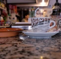 Kaffee Tasse an einer Bar. Kaffeetasse an einer Theke aus Marmor, Kaffeepause, Trinken, Essen, Freizeit. Fokus liegt auf der Tasse. Pause gönnen.