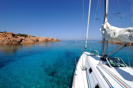 barca a vela in baia a nord della Sardegna