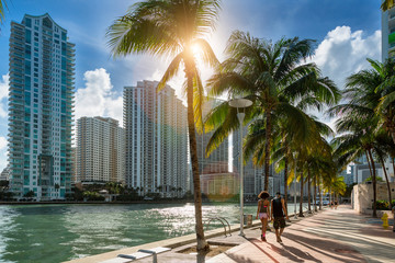 Papiers peints Palmier Downtown Miami, People Walking along Miami River