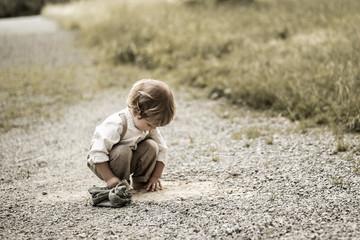 Kleiner Junge entdeckt die Natur