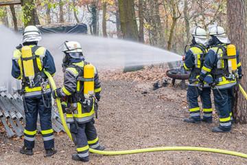 Feuerwehrmänner beim Löscheinsatz