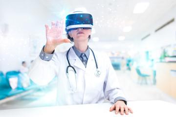 Arzt forscht mit VR Brille in der virtuellen Realität
