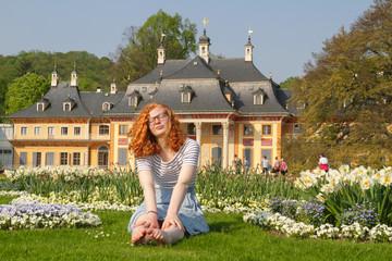 Jugendliche entspannt im Schlosspark Pillnitz im Frühling