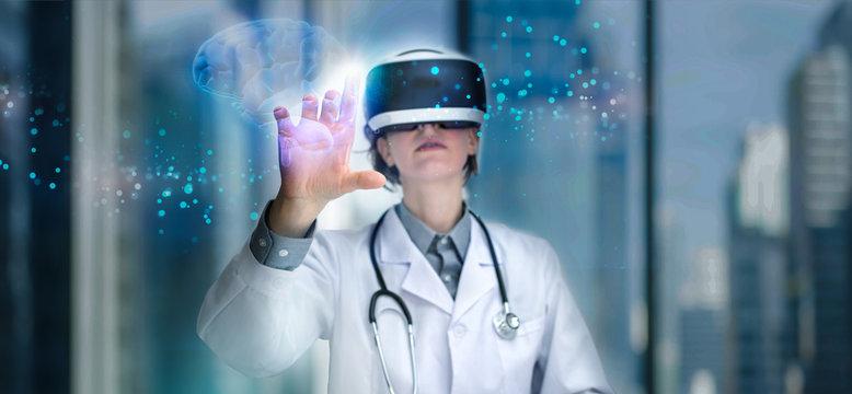Arzt mit VR Brille