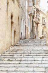 Rocznik ulica w mieście Valletta na Malta. Obraz z wysokim kluczem. - 256726072