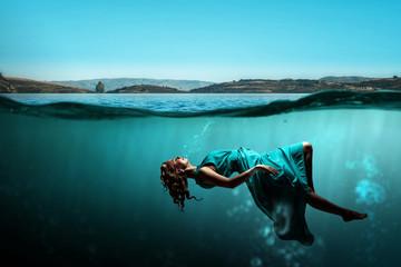 Woman dancer in clear blue water Fototapete