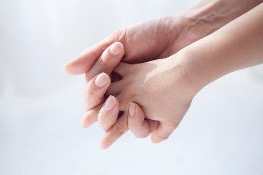 手を繋ぐ親子の手