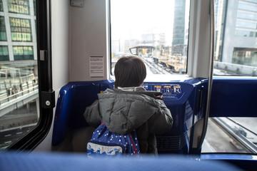 電車の先頭から楽しそうに景色を眺める男の子