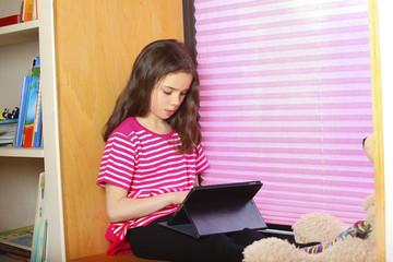 Ein Schulkind benutzt ein ipad