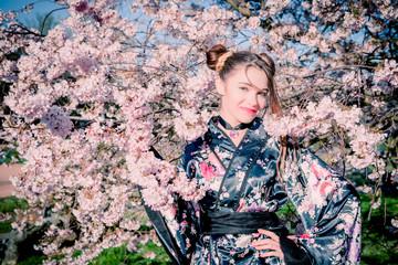 Jeune fille et cerisier en fleurs
