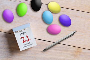 Abreißkalender mit Ostermontag 2019 und Ostereiern auf Holzuntergrund