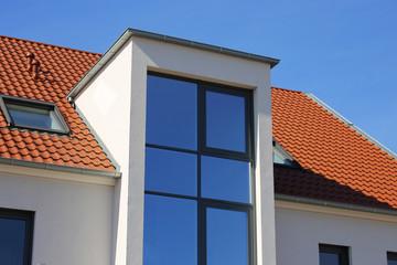 Große Fensterfront an modernem Gebäude