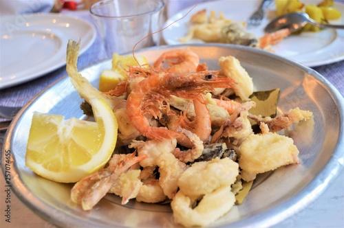 Frittura Di Pesce Allitaliana Con Gamberi Calamari Triglie E