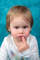 Portrait Baby Mädchen mit Finger am Mund